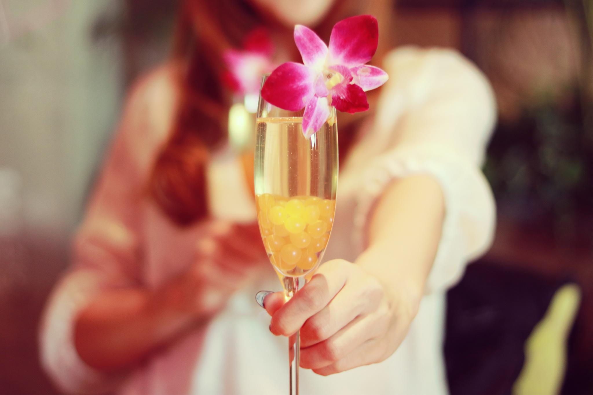シャンパンを持つ女性