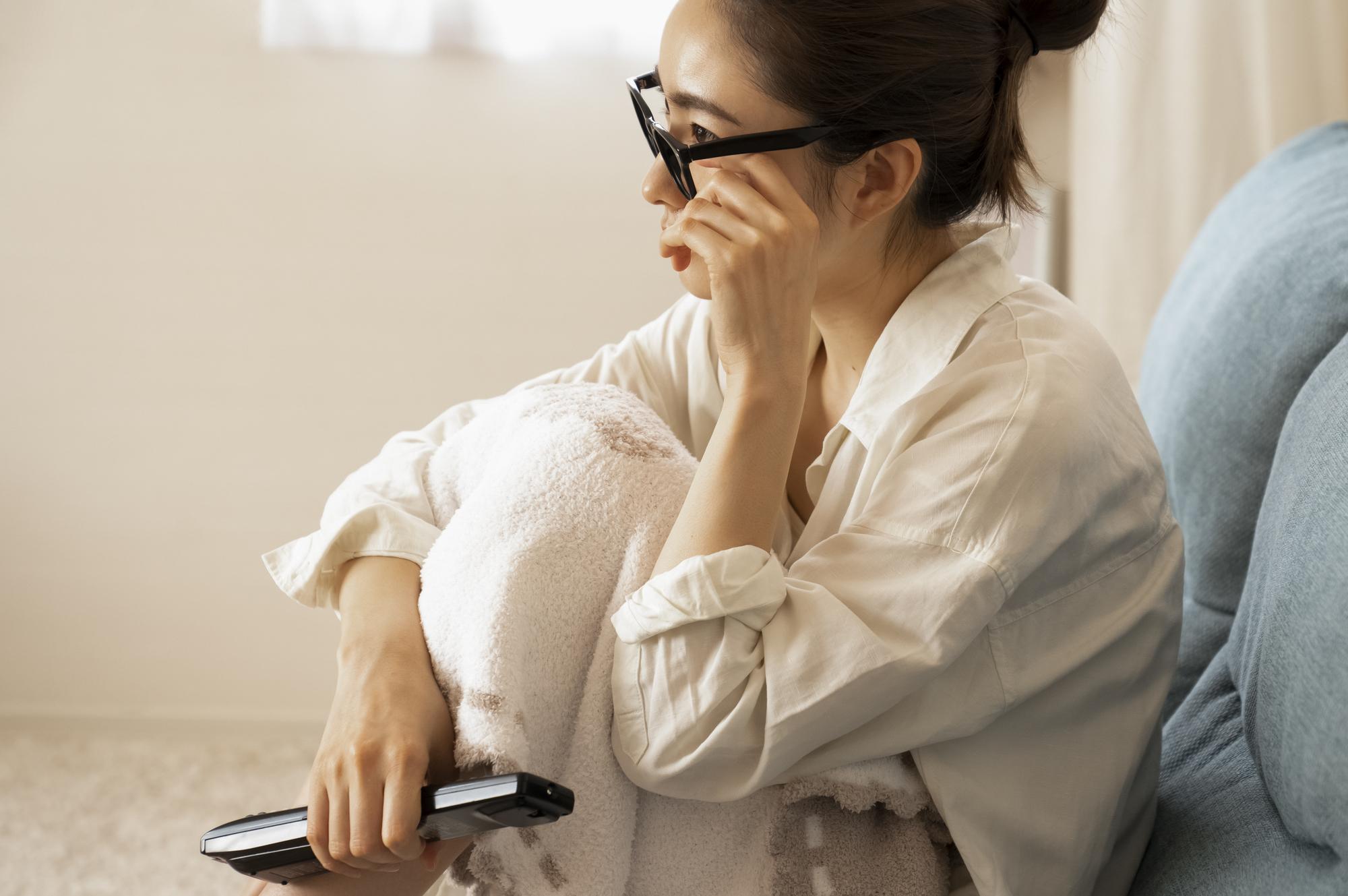 ベッドの上でテレビを見る女性